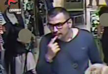 Bari – nascondendo il braccio sotto una giacca è riuscito a sottrarre portafogli e cellulari in pieno centro. Il Video