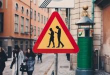Stoccolma – Segnali stradali di pericolo per chi guarda lo smartphone in strada