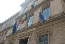 Trani – Consigliere comunale finanzia a proprie spese la pulizia dell'ingresso principale di palazzo di città