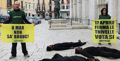 """Barletta – Flash mob degli """"oil men"""" di Greenpeace"""