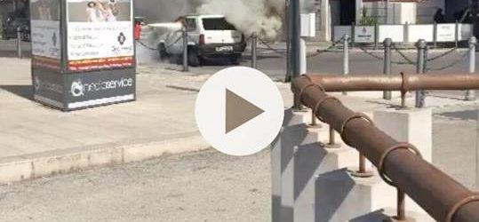 VIDEO Trani – Anziana intrappolata nella sua auto in fiamme. Salvata da una passante