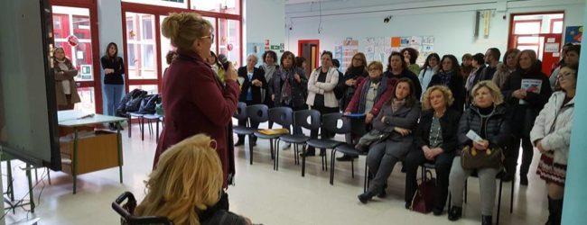 """Trani – Comitato Pozzopiano dona raccoglitori per pile esauste alla scuola """"Beltrani"""""""