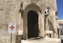 Trani – Incendiato il portale della chiesa di San Giacomo