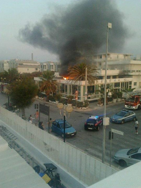 VIDEO. Barletta – In fiamme l\'Ipanema sulla litoranea di Levante ...