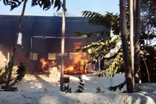 VIDEO. Trani – Incendio di legname in via Torrente Antico