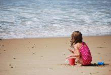 Bambini in spiaggia: tutti gli accorgimenti per proteggerli dal sole