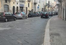 Andria – Via Annunziata, manto stradale dissestato: tra le chianche vere e proprie feritoie. Le foto.