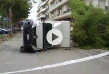 VIDEO. Trani – Tragedia sfiorata: il vento fa cadere ramo di albero su furgoncino