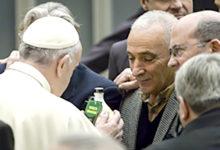"""Due detenuti del progetto """"Senza sbarre"""" donano al Papa l'olio di Andria"""