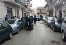 Andria – Auto si ribalta in via Corelli: nell'abitacolo rimane intrappolata un'intera famiglia