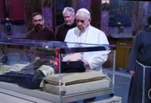 San Giovanni Rotondo – Papa Francesco in silenzio dinanzi a Padre Pio. LE FOTO