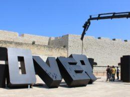 """Barletta – Le installazioni per la mostra """"Victory of Democracy"""" preludio del 25 aprile"""