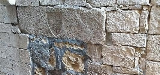 Trani – Chiesa di Ognissanti: lo stemma dei Templari mortificato dal cemento