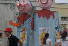 Trani – Il giullare dei piccoli scende in piazza per raccontare la diversità