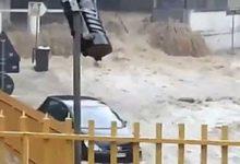 Puglia – Maltempo, a Canosa uomo travolto dall'acqua, salvato dai passanti. VIDEO