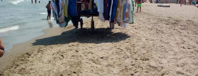 """Barletta – """"Potere al Popolo"""" in spiaggia con gli ambulanti. """"C'è chi è senza documenti e c'è chi li ha tutti, compresa la partita iva"""""""
