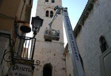 Barletta – Verso la normalità il transito sotto l'arco del campanile della Cattedrale. Foto