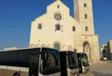 Trani – Il sindaco Bottaro presenta, sotto la Cattedrale, 33 nuovi bus della Stp. VIDEO