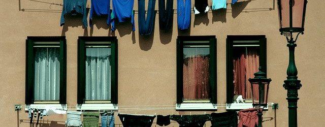 Stendere i panni sul balcone è reato oppure no?
