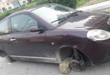 Andria – Via Padre Savarese, ruote rubate e auto lasciata sulle pietre: un furto tornato di moda? FOTO