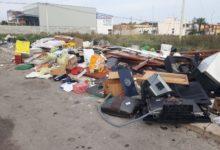 Il Black Friday dell'isola ecologica di Andria: distesa di rifiuti all'esterno della struttura chiusa dal 12 novembre. FOTO