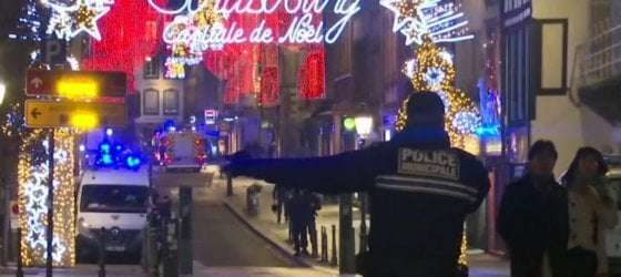 Strasburgo – Attentato ai mercatini di Natale. Tre morti e dodici feriti. È caccia all'uomo.