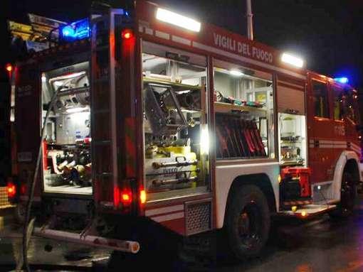 Andria – Fiat 500 in fiamme nel cuore del centro storico