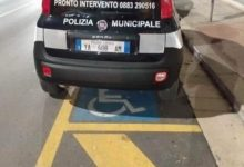 Andria – Auto dei vigili parcheggiata sullo stallo per disabili. La foto diviene virale sul web