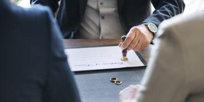 Scopre di essere ancora sposata dopo 16 anni dal divorzio: addio nuove nozze