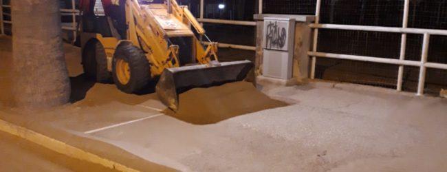 Barletta – Sabbia sulla carreggiata in viale Regina Elena: Bar.S.A. a lavoro