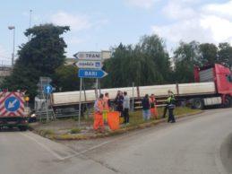 Trani – Tir bloccato sulla rampa della statale 16bis