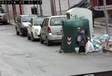 Barletta – Genitori con bambini al seguito abbandonano rifiuti per strada. FOTO