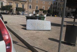 """Trani – Il 25 aprile """"Liberato"""" un materasso in piazza Campo dei Longobardi"""