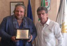 """BARLETTA – La città della Disfida omaggia G. Pierro con la targa di """"Ambasciatore nel mondo"""""""