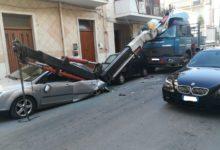 Andria – Si spezza il braccio di un'autogrù e colpisce due auto parcheggiate. FOTO