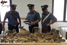 Reperti archeologici usati come pezzi d'arredamento nella sua abitazione. Denunciato 45enne barlettano