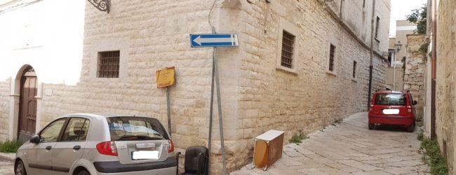 Andria – Rifiuti e degrado tra i vicoli del centro storico. La cartolina della vergogna. FOTO