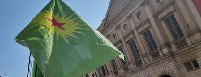 Barletta è con il popolo curdo, issata bandiera a palazzo di città
