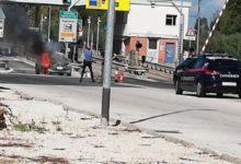 Andria – Auto dei Carabinieri in fiamme all'uscita del casello autostradale. FOTO