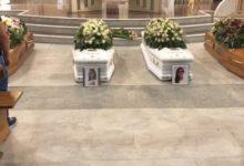 Orta Nova – Strage famiglia, funerali: chiesa gremita, al centro bare bianche delle due giovani figlie