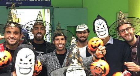Calcio – Halloween: giocatori del Bari calcio mascherati da bimbi ospedale