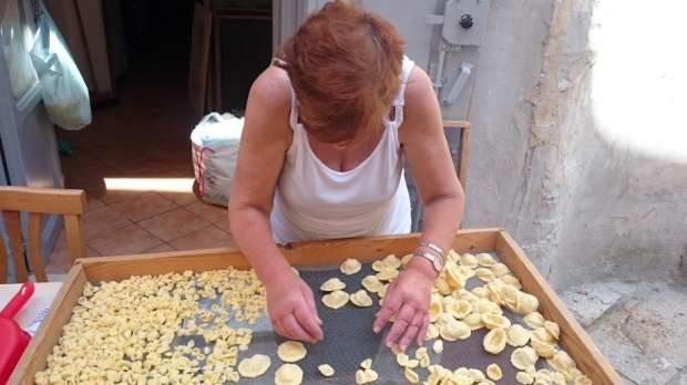 Sequestro di orecchiette fatte a mano a Bari vecchia: blitz dei vigili