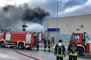Barletta – Incendio in via Vecchia Madonna dello Sterpeto, fiamme sottocontrollo. Video