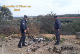 Andria – Sorpreso a sversare 30 tonnellate di rifiuti speciali in un terreno: discarica abusiva sequestrata dalla Guardia di Finanza. VIDEO
