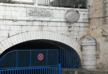 Trani – Un cittadino riporta a vista l'epigrafe posta in via Torrente Antico
