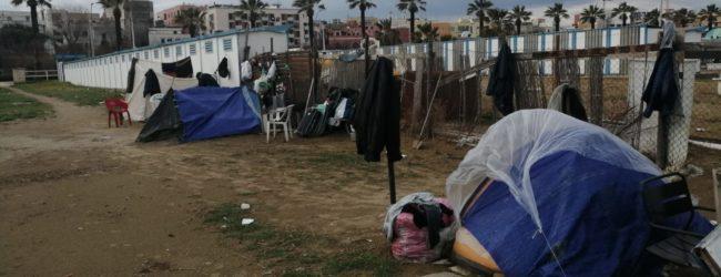 Barletta – Uomini accampati sul litorale, percepiscono il reddito di cittadinanza