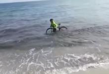 Coronavirus, si getta in mare con la bici per evitare i controlli della Polizia. Il VIDEO ha fatto il giro del web