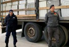 Sequestrato un rimorchio carico di rifiuti al porto di Bari: trasportava trecento tra forni e lavatrici