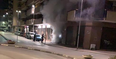 Barletta – Cassonetti in fiamme diffondono cattivo odore in città, individuato responsabile. FOTO