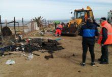 """Barletta – La Bar.S.A. ripulisce il """"campo spiaggia"""" di Ponente interessato dall'incendio. FOTO"""